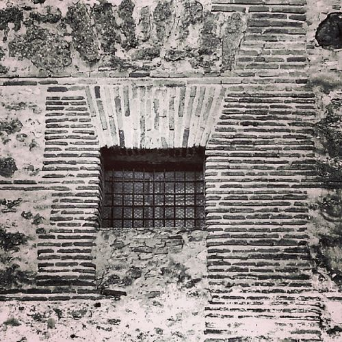 Esta Ventana ha permanecido dirante siglos en un Convento de Socuellamos . Hace decenas de años, formó parte del patio de una casa señorial. Yo he vivido mas de 25 años al lado sin saber de su existencia (la parte lateral del convento). No os podéis imaginar qie sorpresa me llevé al verlo.