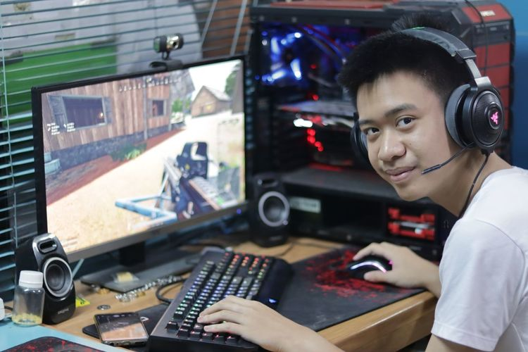 It's gaming time🎮 Gaming Gaming Time Playing Games Playing PUBG Razer Boys PCGaming PC PCGaming Workshop Portrait Occupation Mechanic Work Tool Repairing Looking At Camera Industry Business Finance And Industry