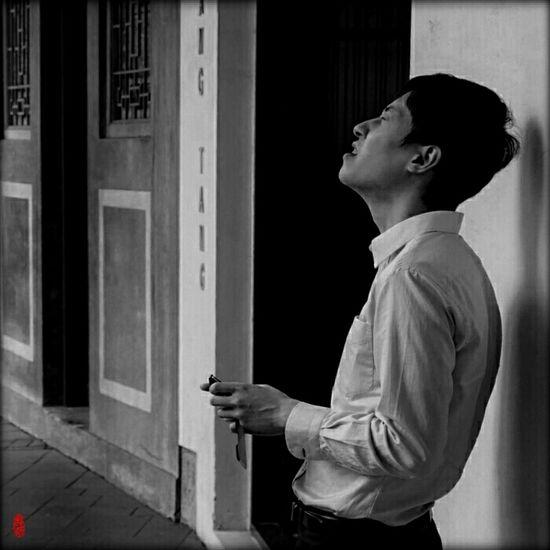 Up Close Street Photography Streetphotography Streetphoto_bw Black And White Photography Black&white Hong Kong HongKong Wanchai Streetportrait China BadNews Monochrome