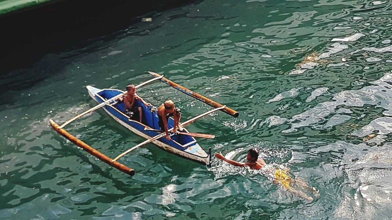 high angle view, oar, water, real people, transportation, day, nautical vessel, men, rowing, leisure activity, women, outdoors, standing, togetherness, nature, sculling, adult, people, gondola - traditional boat