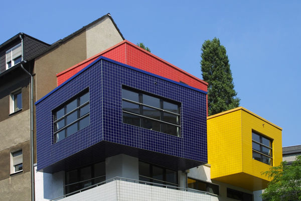 Bunte Hausfassade, Kubus Modern Red Kubus Architecture Hafenviertel The Graphic City Building Exterior Built Structure Window Clear Sky Blue Yellow Multi Colored Low Angle View House Outdoors Tree Day