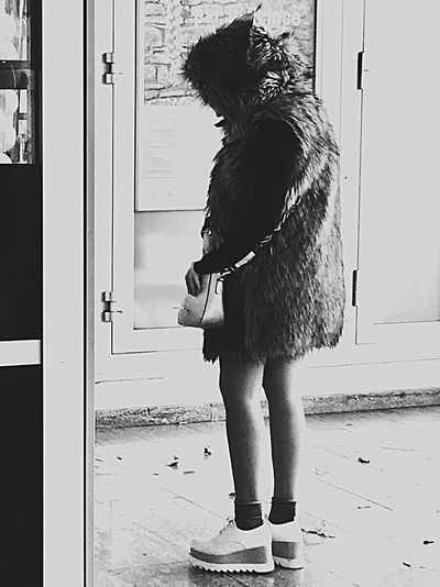 Yeti One Person One Animal One Woman Only Real People Ever Stop & Think. EyeEmNewHere Automne Stonegraphix The Way Forward Autumn Gente D'oggi Fashion Stories