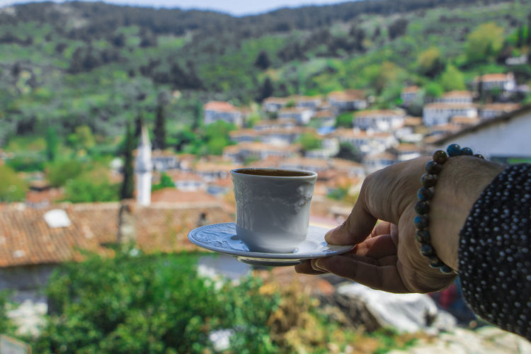 Coffee - Drink Coffee Cup Drink Focus On Foreground Food And Drink Freshness Holding Human Body Part Human Hand Lifestyles Mountain One Person Real People Tree