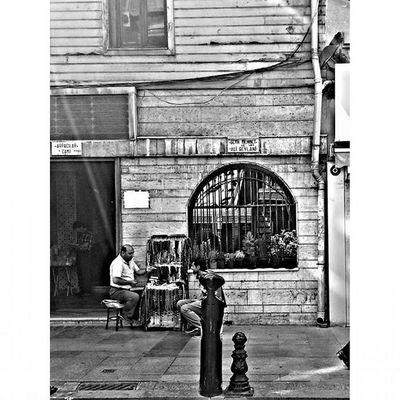 Hayat akarken... Dailylife Istanbul Blackandwhite Siyahbeyaz ahandafotograf benimkadrajim