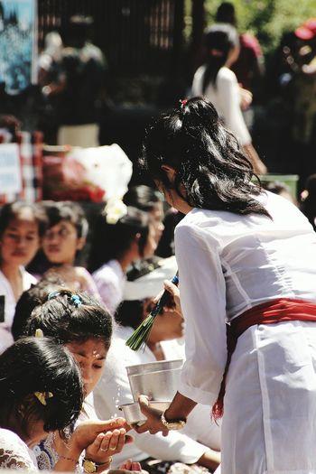 Balinese Balinesegirls Balinese Woman Balinese Life Balinese Tradition... Prayers White Pretty Girls