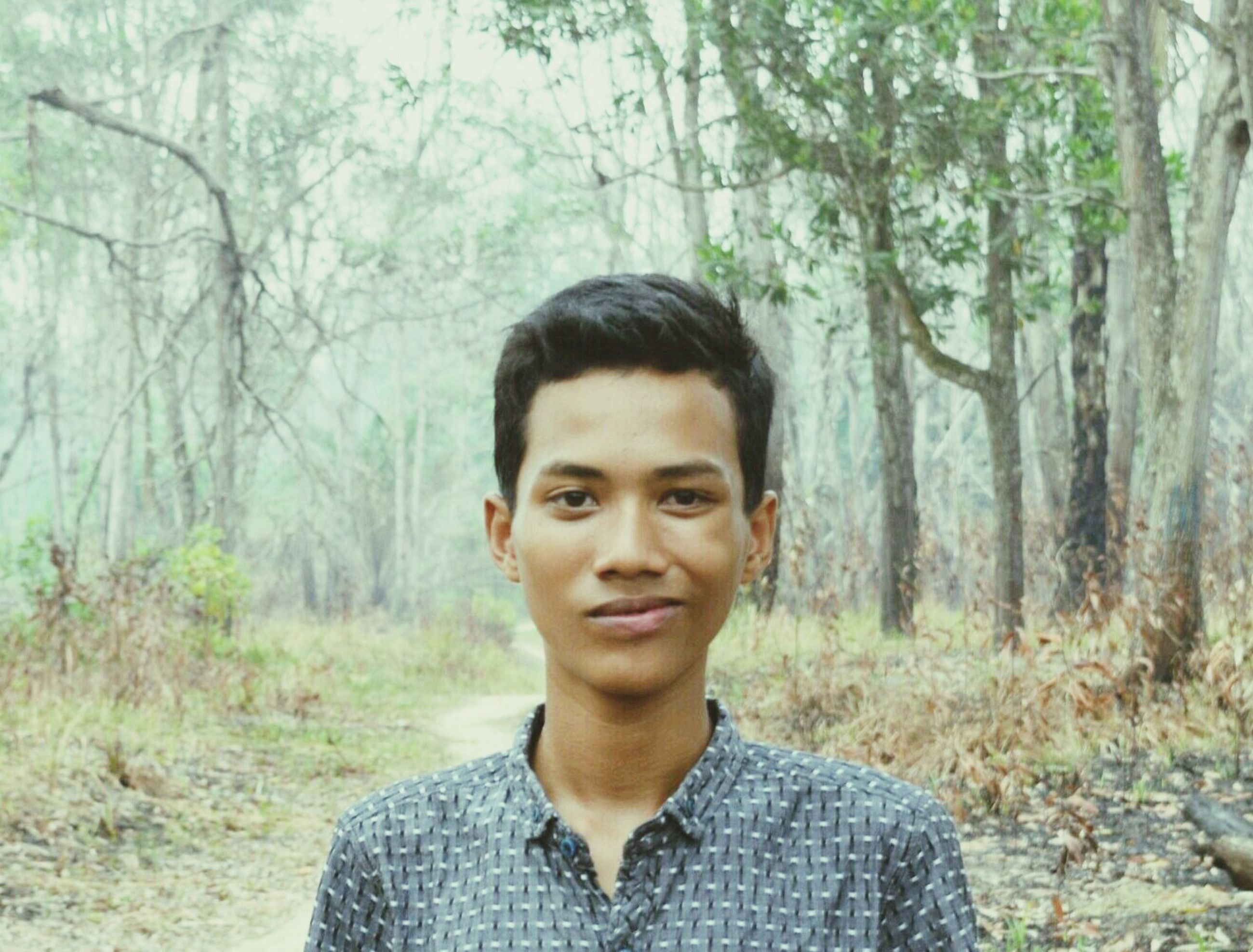 portrait, looking at camera, young adult, young men, one young man only, one person, only men, headshot, handsome, tree, one man only, real people, lifestyles, day, nature, adults only, men, adult, people, outdoors, human body part, close-up