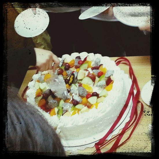 第一天就遇上同事生日,疯抢蛋糕好可怕!!!