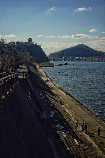 犬山城と木曽川沿いの道 Inuyama Landscape Inuyama Castle Kisogawa River Castle Japanese Castle River Riverside People Travel Photography 犬山 犬山城 木曽川