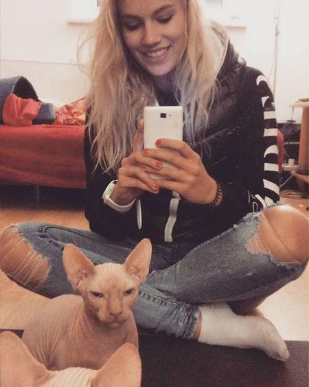 Z moim gremlinkiem Sphynx Dimitri Cat Blonde BlueEyes Polishwoman Selfie Mirror Little Boy Pasjonaciclothing