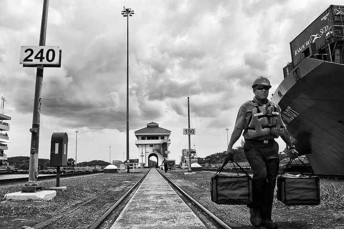 Serie: Canaleros Panama Canal, Miraflores - Panama / © Aaron Sosa www.aaronsosaphotography.com www.aaronsosablog.com Check This Out Canal De Panama  Panama Canal Miraflores Locks Ciudad De Panamá Panama City Panamá Fotografia Monochrome (null)Black & White Photography Workers (null)Working Enjoying Life Assignments Shadow Light And Shadow Black And White Blackandwhite Light Taking Photos Check This Out Taking Photos