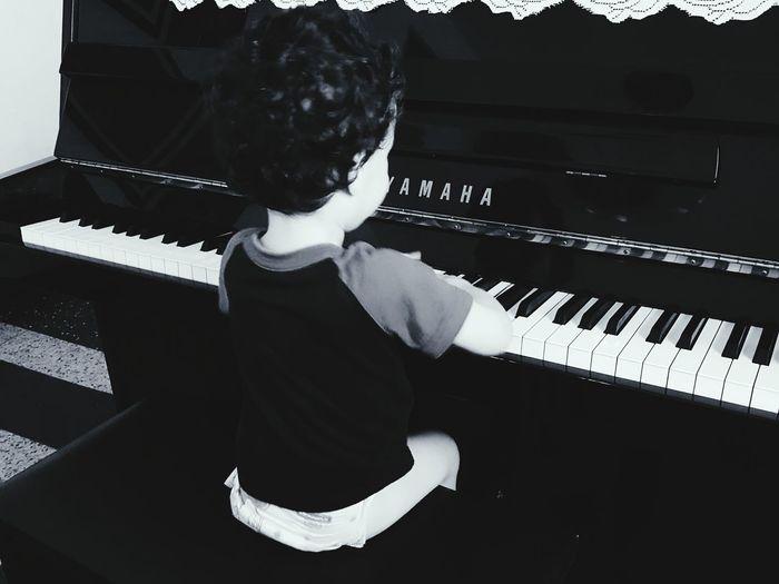 Mi hijo hermoso y su piano