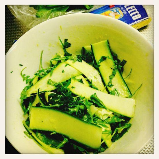Topsalade uit Polpo! Rucola courgette met olie parmesaan dressing en basilicum