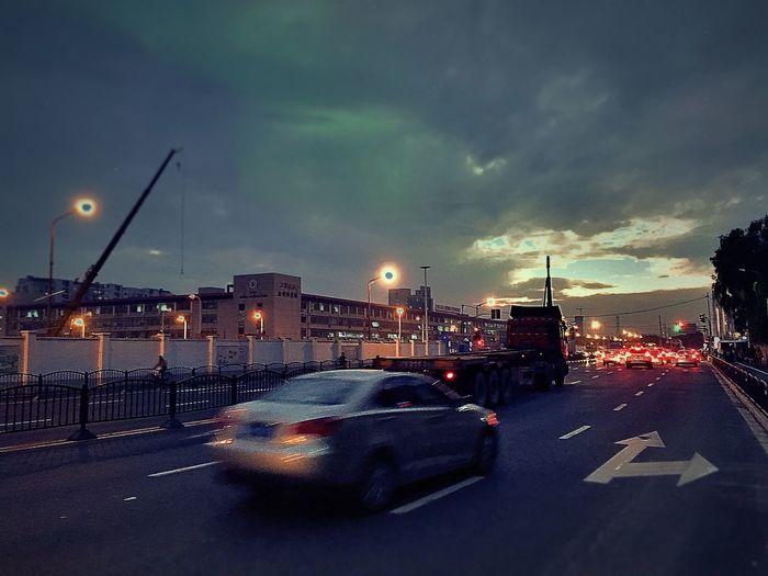 【飞驰而过】黄昏,远方的天空总是让人眷恋,路边飞驰而过的汽车走得匆匆。喜欢这样的场景,愿和大家一同分享这一刻、