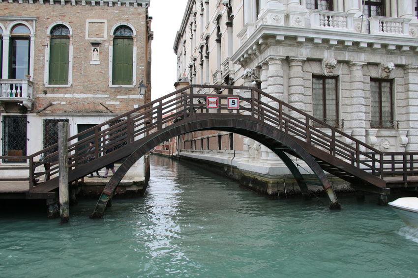 Venezia #venice #YBPhotographie #HobbyFoto Italy❤️ IloveVenice Building Exterior Architecture Bridge #Loveinvenice Outdoors Feeling Good Day Venezia Old Buildings No People Water Footbridge