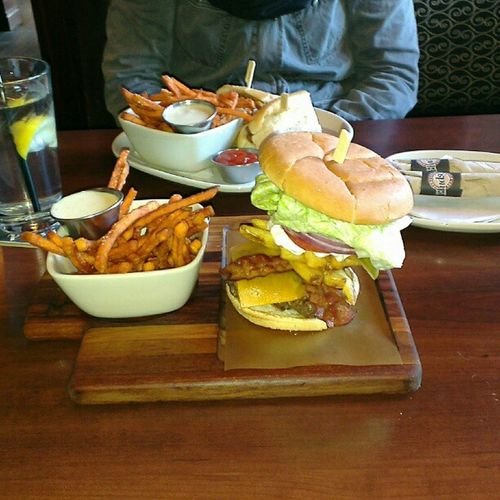 Holyshit I ate the whole thing! Biggestburger ever Sheatethat Burger huge nomnomnom yummy