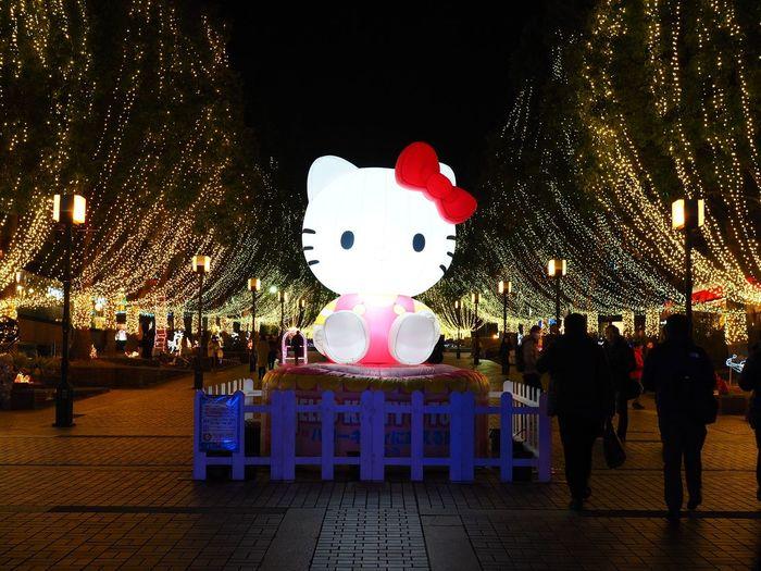 自分に祝杯挙げてたら、ちょびっとしか飲んでないのに結構酔っ払っちゃったので、お蔵入りする予定だった写真投稿しちゃいます🤣 スイッチ入るとこういう写真も平気で撮ってしまいます😅 Olympus OM-D E-M5 Mk.II Tokyo Street Photography Kitty Hallo Kitty Night Illuminated Celebration Animal Representation Christmas Decoration Outdoors No People