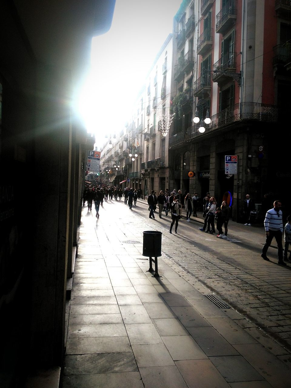 architecture, built structure, building exterior, large group of people, real people, sunlight, city, walking, day, outdoors, women, men, sky, people