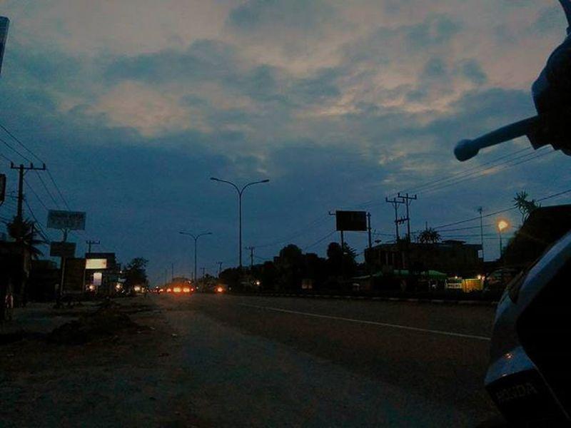 Sambut pagi dengan menikmati nikmat Tuhan akan membuat kita lebih bersemangat menghadapi hari.. @riauku Riauku Streetart Streetphotography Indonesiaku