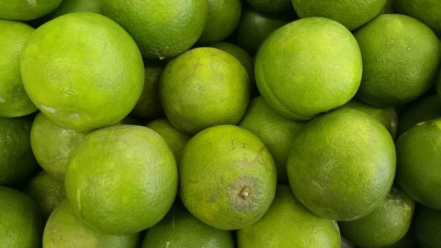 Fresh green oranges for sale on street market in surabaya, indonesia
