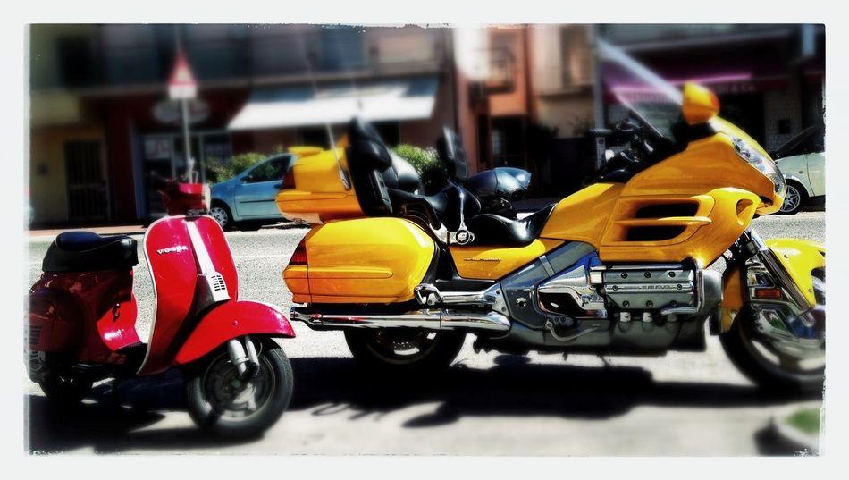 Yellow Red Vespa Honda Colours. Nessun complesso di inferiorità.