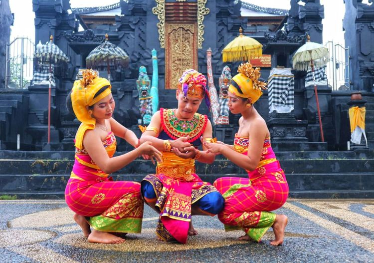 Fisherman Dance At Pura Balinese Culture Balinese Life Balinese Balinese Dancer Balinesegirl Balinese Young Man Balinese Traditional Clothes City Powder Paint Young Women Full Length Smiling Togetherness Sitting Traditional Festival Religion Celebration Traditional Dancing
