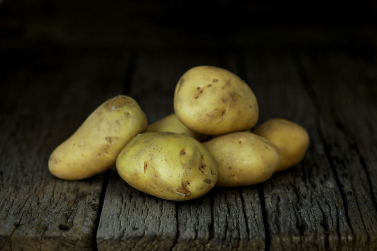 Potato Wooden Fresh Potatoes Background Table Old Food Raw Nutrition Wood Harvest Healthy Vegetable Organic Agriculture Rustic Brown Pile Ingredient Root Vegetarian Natural Farm Top View Group Heap Sack Diet Produce Many Yellow Cooking Dark Rural Uncooked Burlap Tuber Dirty Food And Drink Freshness Healthy Eating Wood - Material Wellbeing Still Life No People Close-up Raw Potato Indoors  Raw Food Group Of Objects Studio Shot Fruit Five Objects Black Background