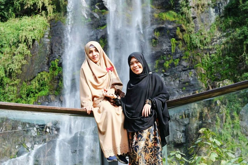 Women Around The World Wulaiwaterfall Waterfall Leisure Activity Hijabtraveller Enjoying Life Proud To Be Muslimah Hijabsyari Power In Nature Freshness Happiness Friendship Togetherness Forest Smiling Nature Bonding Outdoors Women Young Adult Females Wellbeing Young Women Adult People