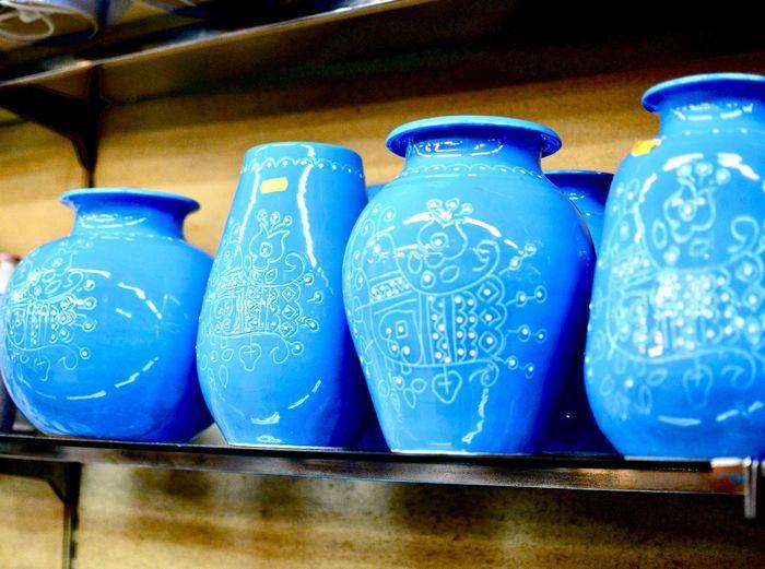 瓶 瓶 Blue No People Still Life Ceramics Container Glass - Material Indoors  Arrangement Group Of Objects Pattern Close-up Retail  Table Art And Craft Side By Side For Sale Text Jar Craft Bottle