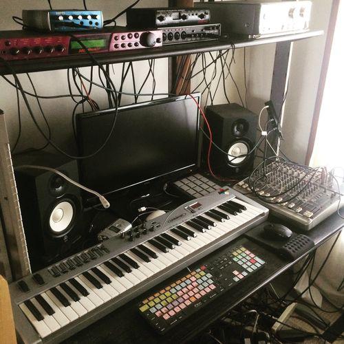 自宅制作ルームなのだけど、久しく動かせてない。エンジニアリングよりレコーダーとして使える事が主で整えた環境だったハズが、今ではプログラミングが主になってる。自宅で一発録りがしたい…。 スタジオ 自宅スタジオ Recording Recording Studio Homestudio  MyRoom
