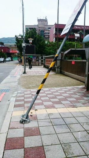 颱風的紀念品?保留下來當景點也不錯 台風によって作られた芸術🎨 Typhoon Taipei City Taiwan 蘇迪勒颱風 裝置藝術 Streetphotography 仰天