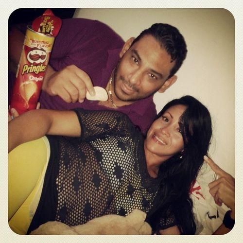 Conversando con mi amiga Vivi y comiendo lo que mas nos gusta Pringles...ummm