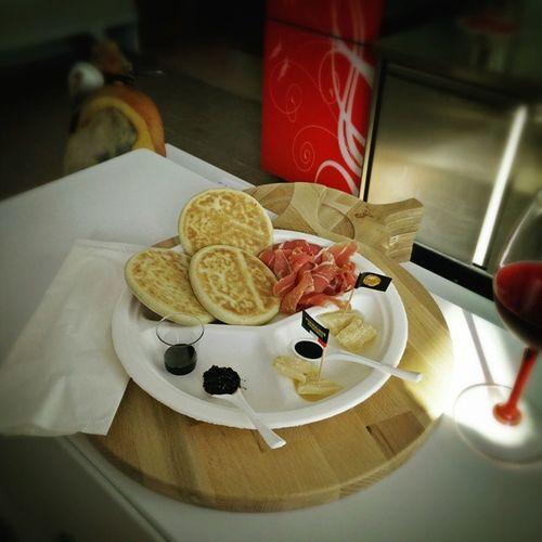 Il tesoro di Modena Tigelle Prosciuttodimodenadop Lambrusco e parmigianoreggiano
