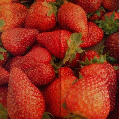 Morangos...Morangos Primavera Red Morangoscomiogurte shootermag_portugal fotosdeportugal igersportugal gosto vermelho caixademorangos infancia issoequeerabom like