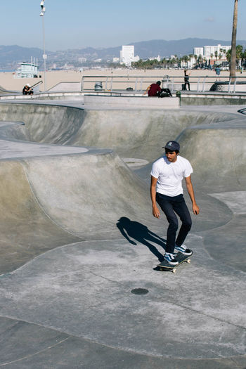 Los Angeles, California Los Ángeles Venice Beach Architecture Balance Built Structure Casual Clothing Day Extreme Sports Full Length Leisure Activity Lifestyles One Person Outdoors People Real People Skateboard Skateboard Park Skill  Sky Sports Ramp Venice Young Adult