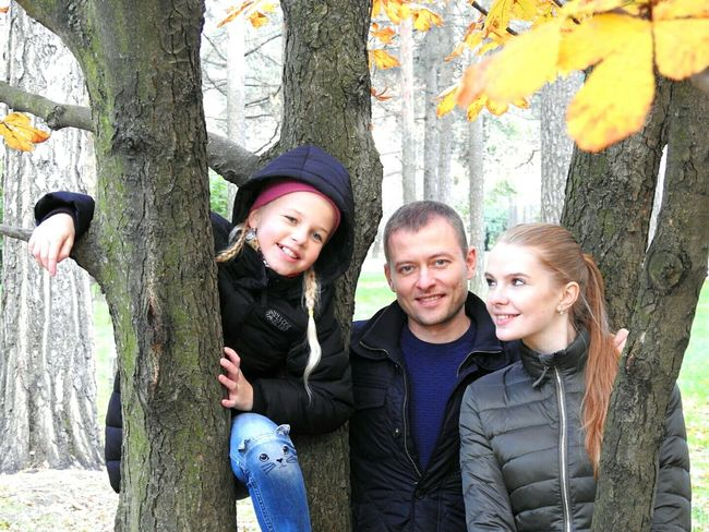 For Gryllus Minimus Happy People 💚💛💜💙💖💟👍 Friendship Togetherness Warm Clothing Portrait Happiness People Smiling Day Tree Front View Autumn🍁🍁🍁 Happy Family! ❤ Park Autumn Looking At Camera Fifty Shades Of Yellow Brother & Wife Daughter Beautiful People Real People Beauty Nature Sankt-Petersburg