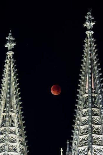 La superluna se puede ver entre las Torres de la Catedral de Colonia durante el eclipse en Colonia 9/27/15