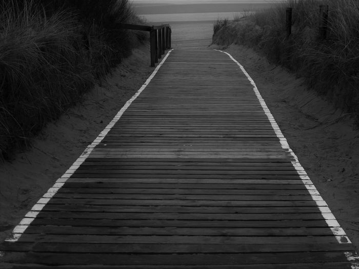 ... dieser Holzweg wird kein leichter sein! ... Way To Beach Way To The Beach Wooden Walkways To The Sea To The Beach Black & White Black And White Photography Monochrome Beachside Check This Out The Essence Of Summer Dunes Through The Dunes Fine Art Black And White Feel The Journey Original Experiences Showcase June Fine Art Photography On The Way Overnight Success Monochrome Photography Welcome To Black Long Goodbye Black And White Friday
