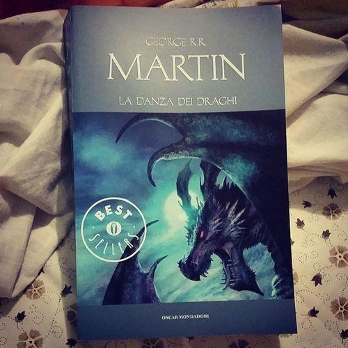 Stasera inizia un nuovo capitolo! Gameofthrones Adancewithdragons Martin Book relax love read tilltheend