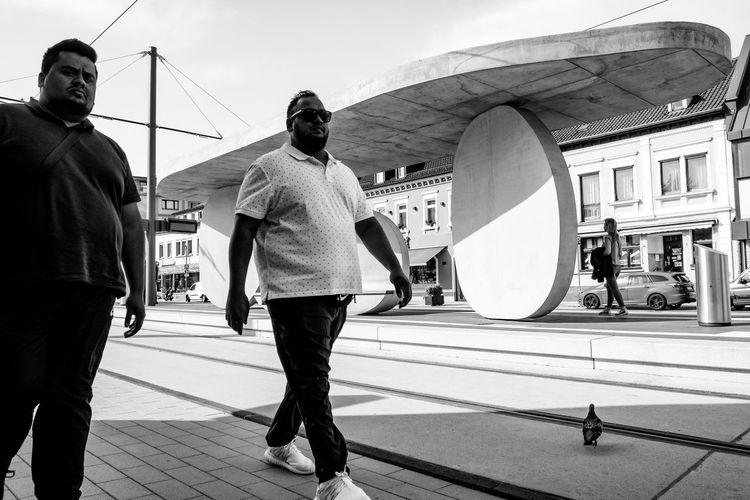 Die Chabos wissen wer der Babo ist ... Urban Perspectives Black & White Monochrome Sidewalk Streetphoto_bw Bird Architecture Building Exterior Built Structure Men City Real People Lifestyles Walking Day Transportation Leisure Activity People Group Of People City Life Full Length Incidental People Footpath Adult Women Casual Clothing Outdoors The Street Photographer - 2019 EyeEm Awards