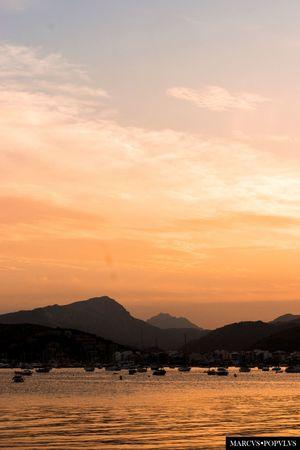 Título: Pol-lentia II Autor: Marcus Populus Cámara: SONY SLT A65V Lugar: Bahía de Pollensa (Mallorca) Punto F: f/8 Tiempo de exposición: 1/200s Velocidad ISO: 100 Beauty In Nature Landscape Mountain Nature No People Scenics Sea Sky Sunset Tranquility Water