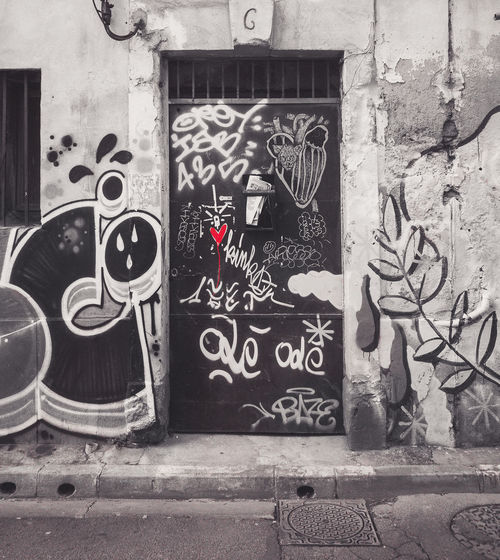 Building Exterior Outdoors No People Nîmes Graffiti Art Graffiti Street Art Streetart Monochrome Black City EyeEm Best Shots EyeEm Gallery Red Heart Painting