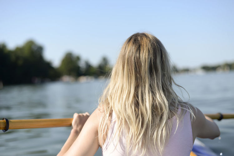 woman in kajak Woman Boat Paddle Boat Kayak Paddle Paddling Young Women Beautiful Woman Happy Contentment Relaxing Holiday Summer Lake River Water Fitness Millennials Blond Hair Leisure Activity One Person Women Nature Outdoors Rear View