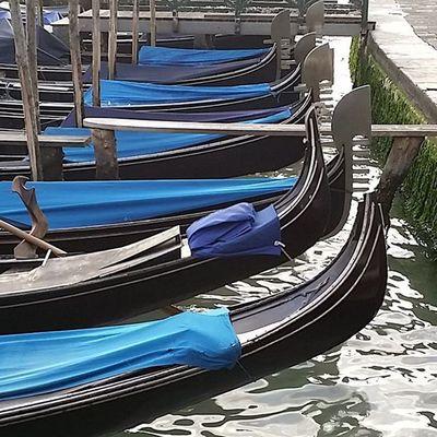 Venezia, le gondole in attesa