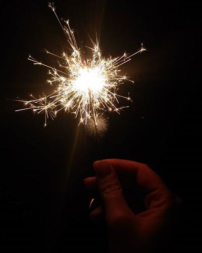 1 gennaio 2016 auguri e luccichini ✨ 😊🎇🎉 NYE NYE2015 2016 Fireworks Fuochidartificio Stelline Hanabi Vigiliadicapodanno Luccichini Scintille Sparks Mano Hand Nofilter Noeffect Night Ignewyear2016 New Year Around The World