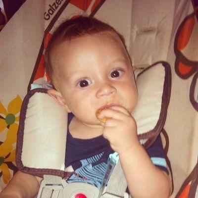Comendo rosquinha com o papai e a mamãe depois de um passeio na rua.