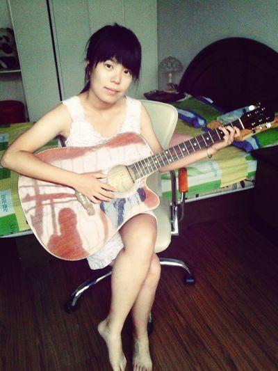 弹着吉他唱着歌……