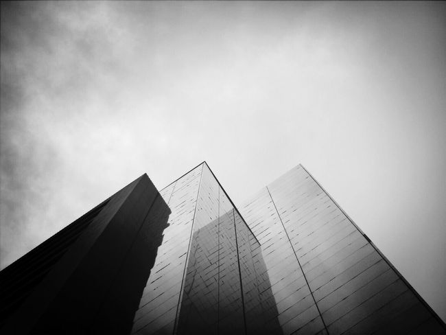 高樓。 Building Sky Black & White