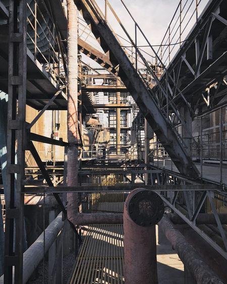 Metallic structure in building