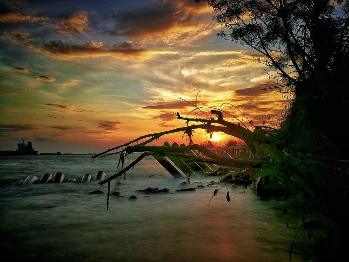 Sunset lover.. Landscape Landscape_photography Nature Nature Photography Sunset Sunset #sun #clouds #skylovers #sky #nature #beautifulinnature #naturalbeauty #photography #landscape Sunsetporn Sunsetlover Sunset_captures Sunset Photography WeLoveBalikpapan Wonderful Indonesia Balikpapan City Sunrise_sunsets_aroundworld Sea World Beachphotography Seascape
