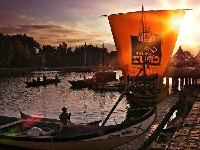 Sunset Boat Riverbank Lightlens App Sun Flare Bateau portugais invité. Fête de la Batellerie de Loire, Orléans, France